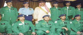 الأمير خالد بن سلطان قلد فريق الصقور السعودية نوط الإدارة العسكرية