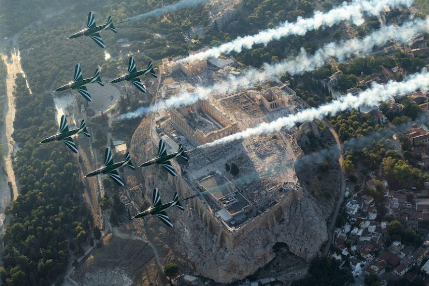 فريق الصقور السعودية يقدم عرضاً جوياً بمعرض أثينا الدولي للطيران